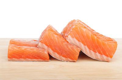 una pieza de salmon
