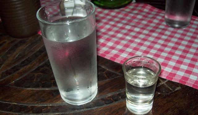 peligro beber agua deja a lado de la cama dormir